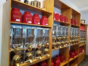 Winkel met koffiesilo's en rode blikken voor losse thee